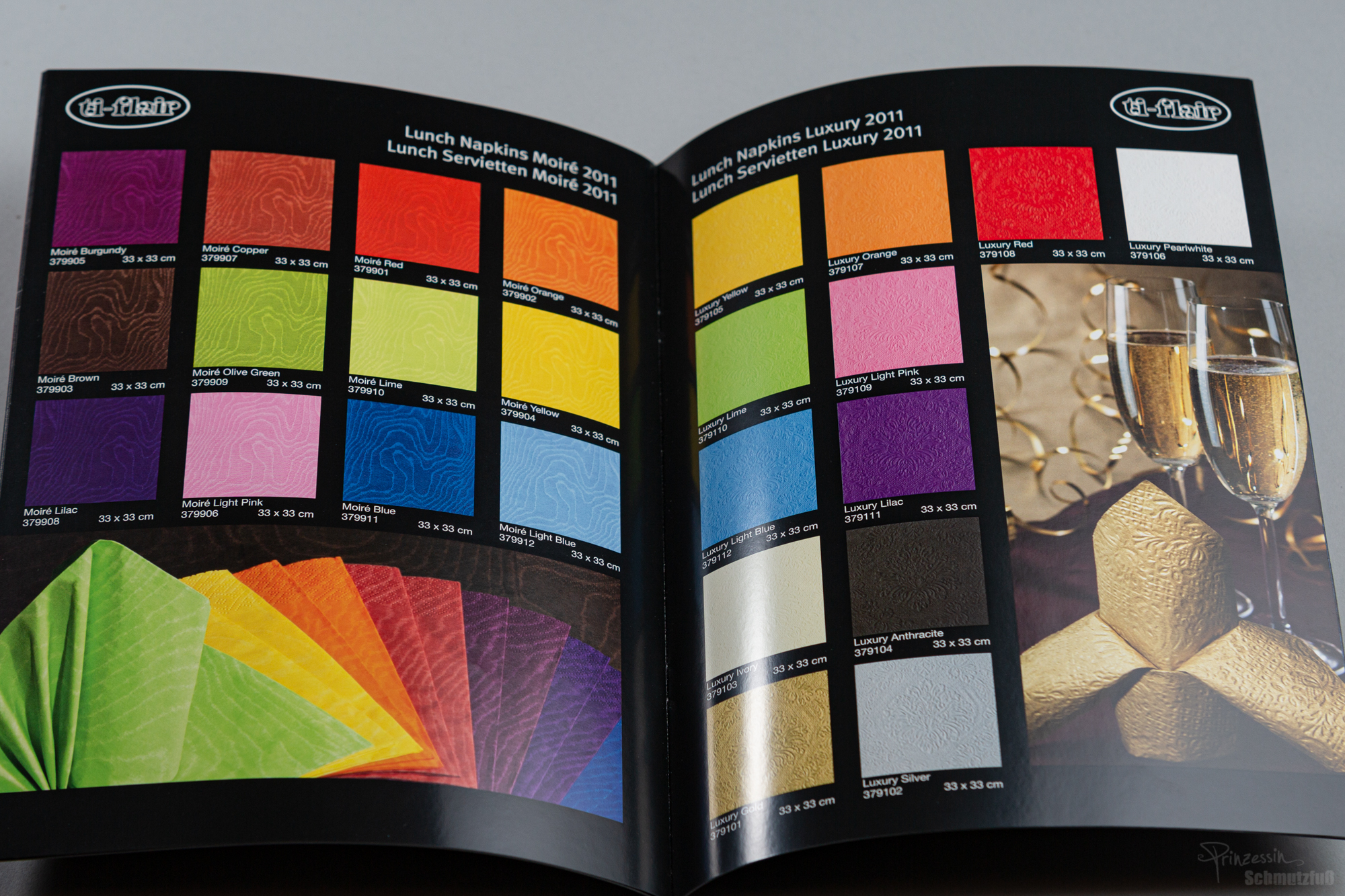 Textkorrektur nach Vorgabe in vorhandenem Design | Fotografie Stils | Farbgenaue Fotografie der Servietten | Anstellung bei da vinci design